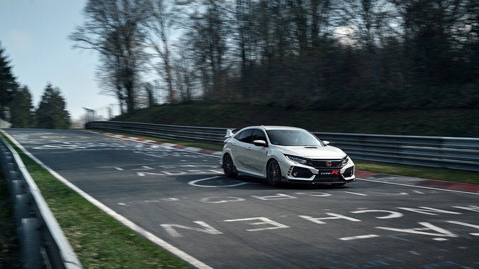 Honda Civic TypeR in Dreiviertelvorderansicht auf der Rennstrecke