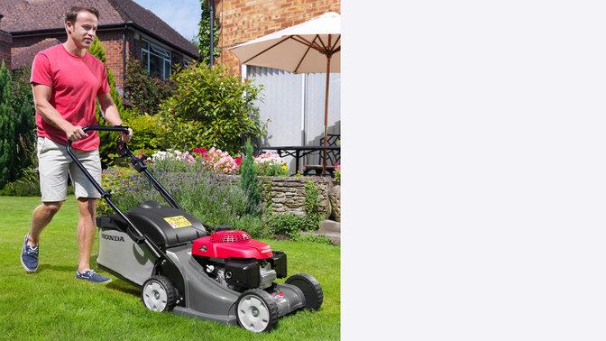 Honda HRX-Rasenmäher, Dreiviertelfrontansicht, nach rechts zeigend, Gartenumgebung.