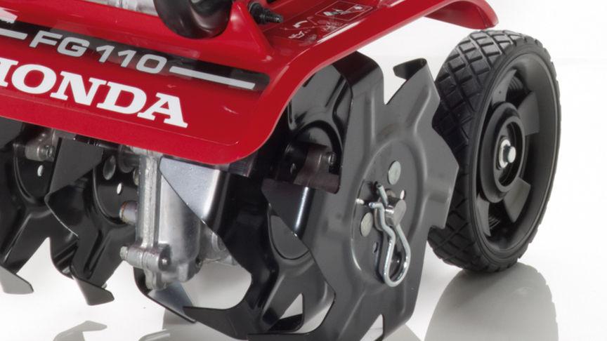 Honda Mikro-Motorhacken, Nahaufnahme, Fokus auf Räder.