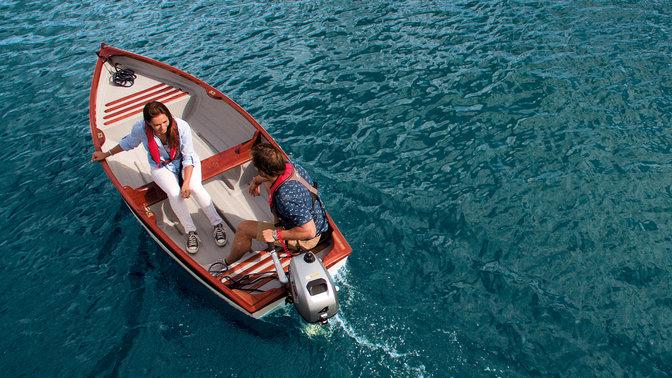 Ein lächelndes Paar in einem Boot, Vogelperspektive.