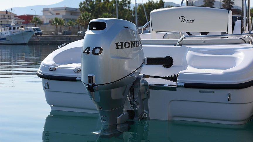 Ein festgemachtes Luxus-Schnellboot mit einem Honda Außenbordmotor BF40