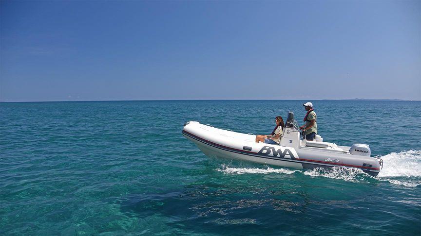 Paar fährt in einem aufblasbaren Schnellboot mit einem Honda Außenbordmotor BF50