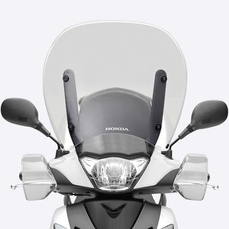 Nahaufnahme des SH150i von vorn mit Fokus auf Scheinwerfer, Windschild und Blinker.