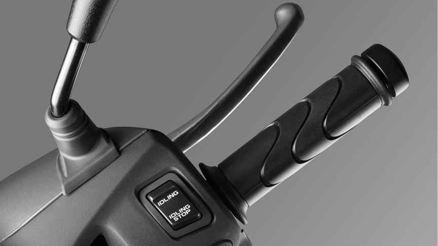 Nahaufnahme des rechten Handgriffs mit Fokus auf dem Start-Stopp-Schalter.