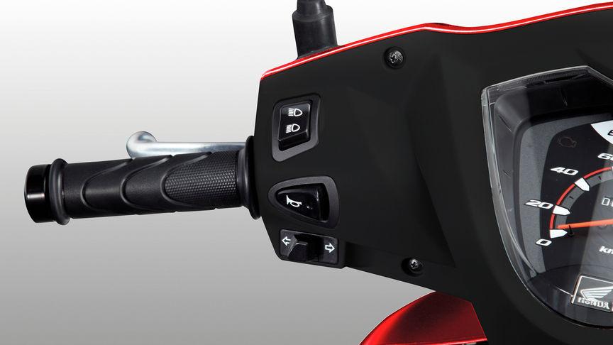 Griff des Honda Vision Rollers – Bedienelemente Hupe, Blinker und Beleuchtung im Fokus.