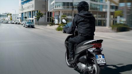 3/4-Heckansicht eines Vision Rollers mit Fahrer auf einer Straße in der Stadt.