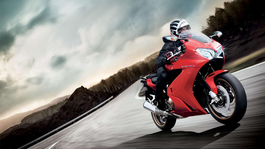 Honda-VFR800F-Tourer-Standort-Victory-Rot-Dynamisch