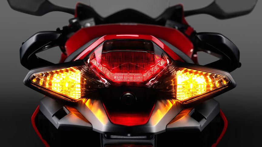 Honda-VFR800F-Tourer-Studio-Victory-Rot-Rücklicht