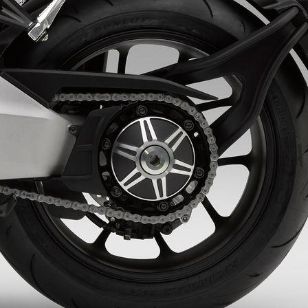 Nahaufnahme des Hinterrads einer Honda CB1000R Neo Sports Café