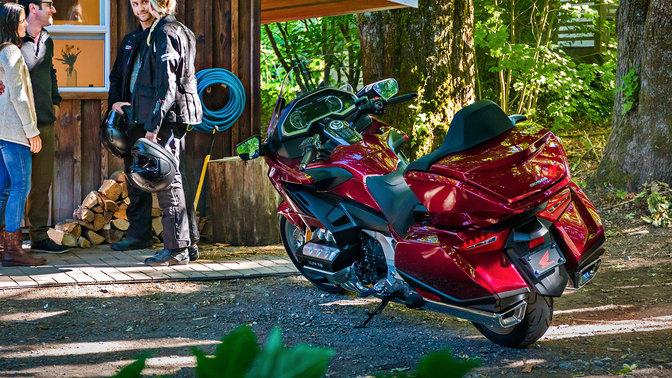 Dreiviertel-Heckansicht einer Honda Gold Wing, Waldumgebung.