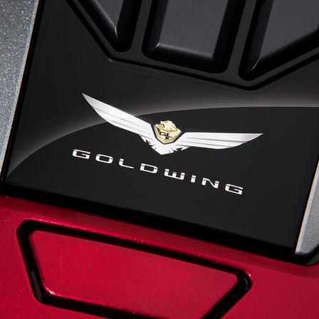 Nahaufnahme des Emblems der Honda Gold Wing.